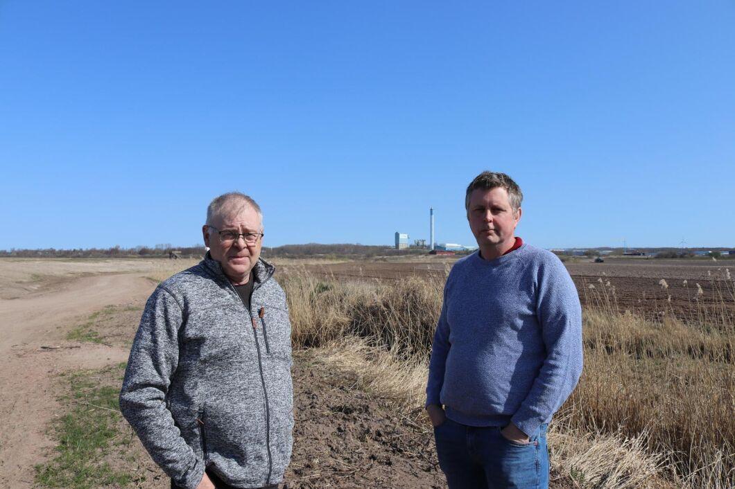 Lars Jönsson och Henrik Jönsson vid Kistingebäcken. De känner en stor ovisshet runt hur de höga PFAS-halterna i Kistingebäcken påverkar växtodlingen i området framåt.