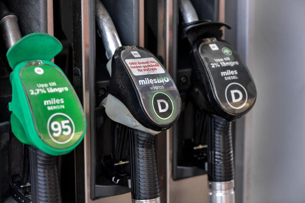 Priserna vid pumpen har fallit rejält under veckan. Totalt har bensinen fallit med 80 öre per liter.