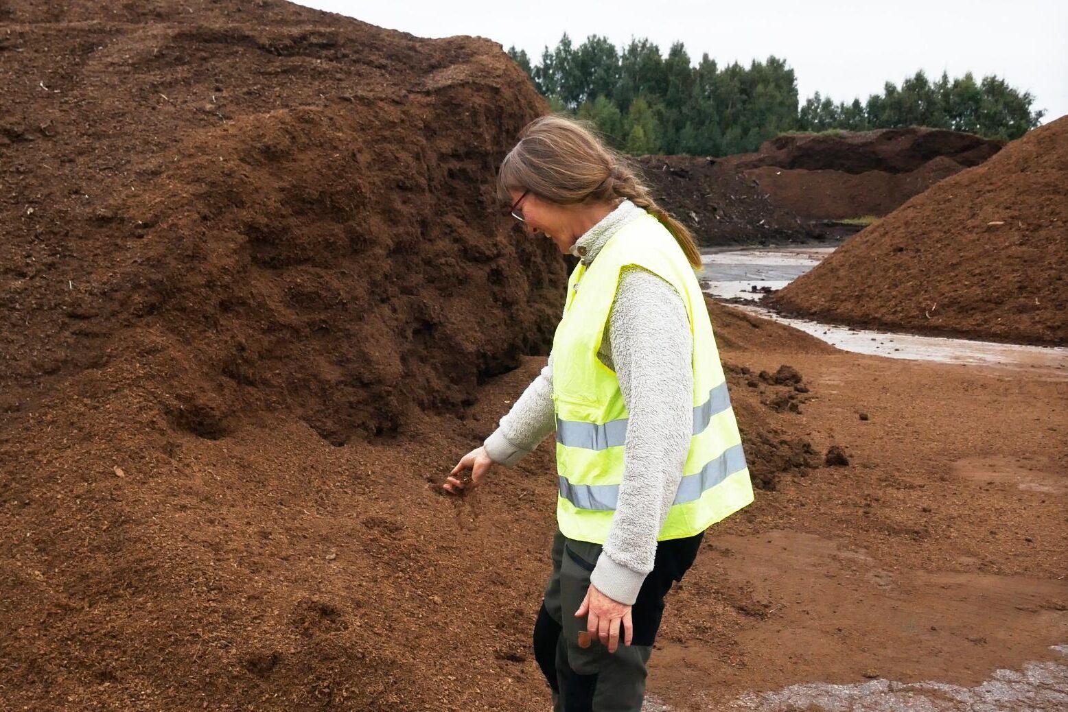 Torv av olika varianter väntar på att mixas på Hasselfors Gardens anläggning i Kumla. Bolagets produktspecialist Pia Holmberg testar kvaliteten.