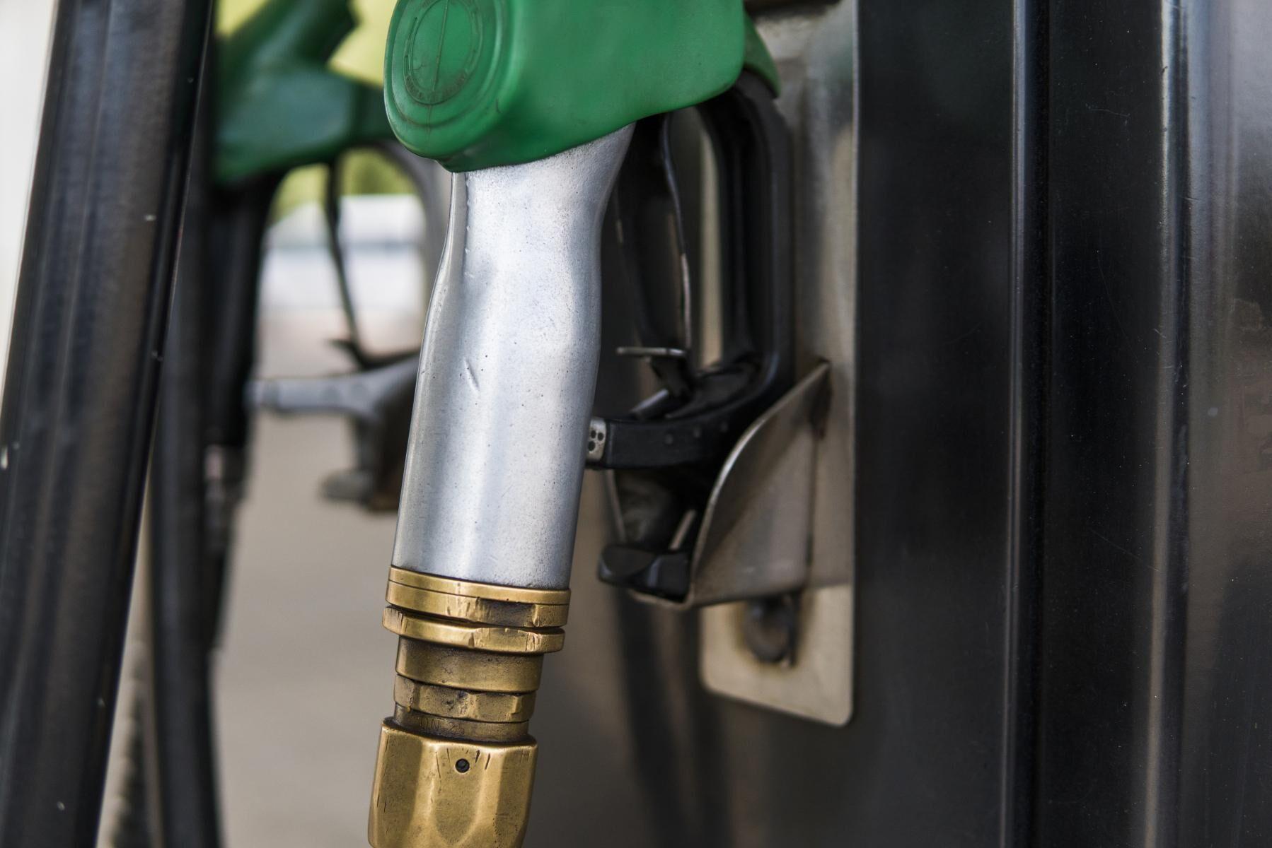 Priserna på bensin sjönk med 10 öre per liter. Arkivbild.