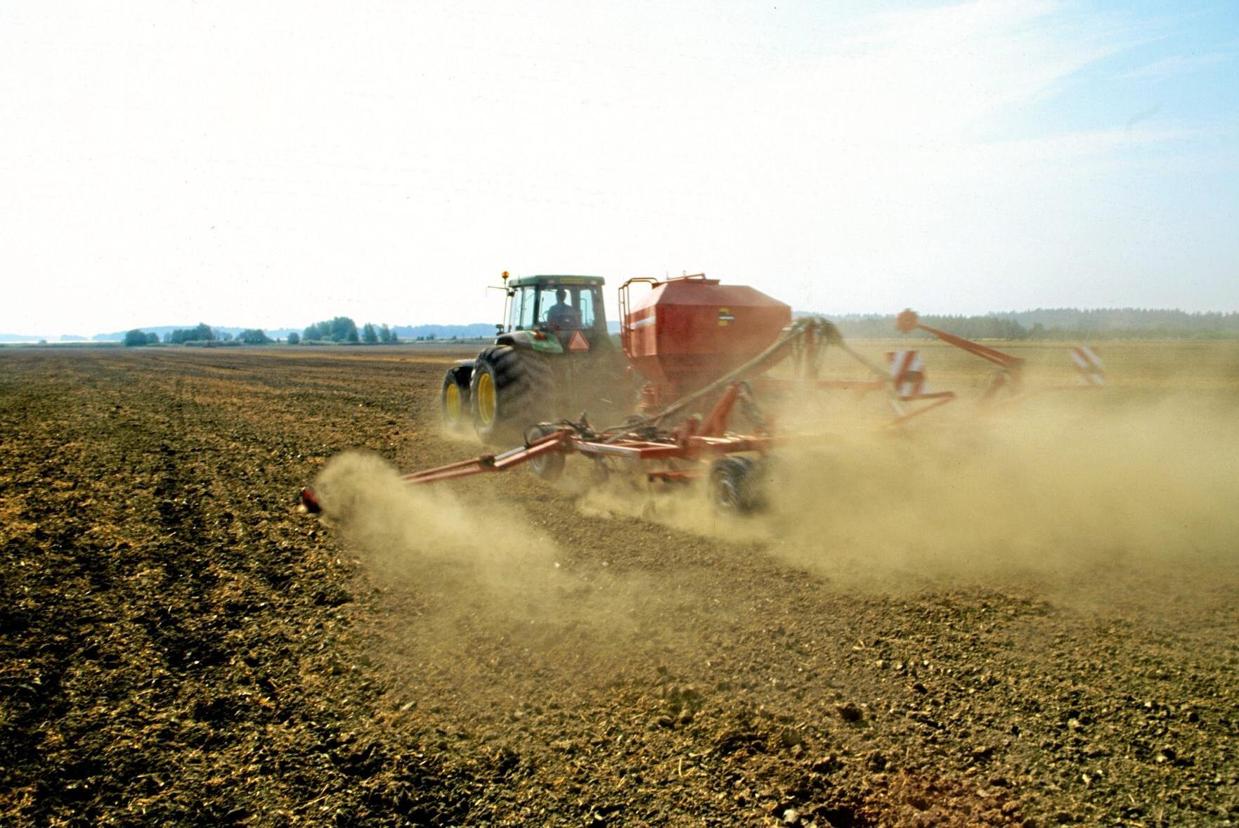 Fjolårets rekord är ett minne blott, i år ser höstsådden ut att bli mycket mindre på grund av leriga fält och blött väder.
