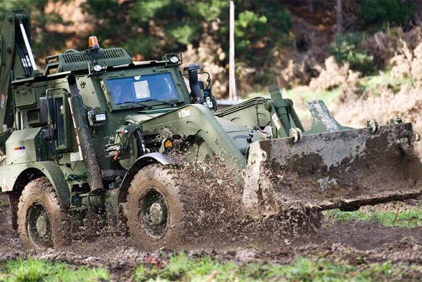 JCB:s nya militära grävlastare går att få upp i 90 knyck.