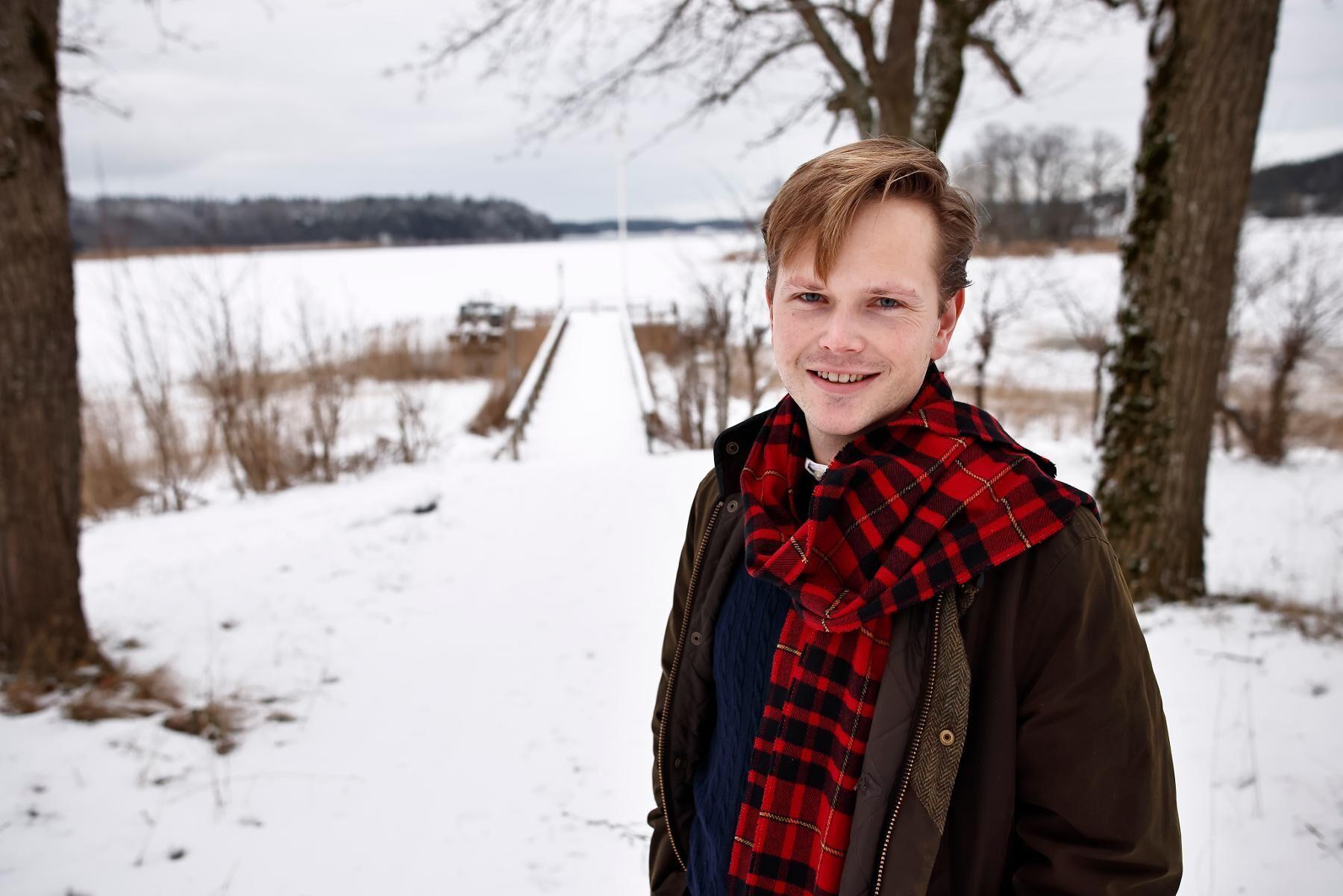 Edvard Hollertz är baserad i Sankt Anna skärgård i Östergötland, där familjen varit lantbrukare i generationer.