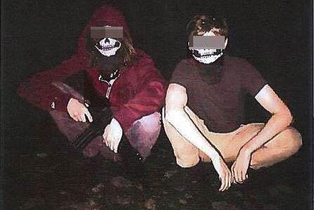 De båda tilltalade poserade med ett leksaksvapen under vad de själva kallar en fyllefest. Bilden ska tolkas skämtsamt, enligt männen.