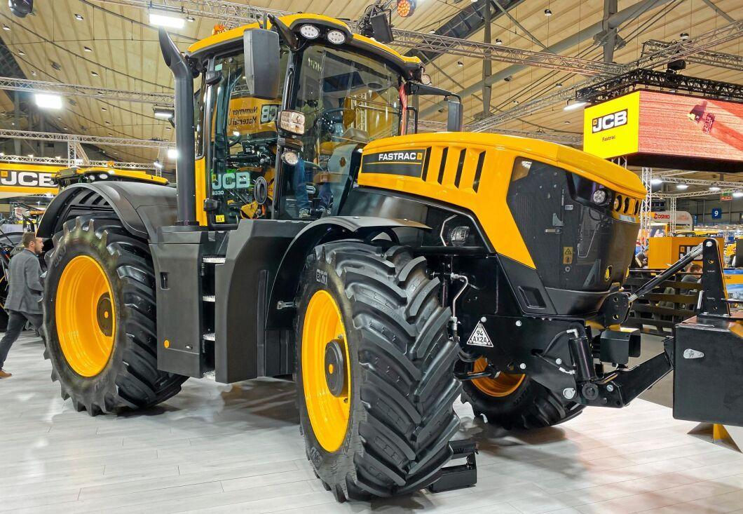 JCB Fastrac 8330 hade Sverigepremiär för ett par år sedan. 8330 är den största av JCB:s lantbrukstraktorer. Den har en högsta motoreffekt på närmare 350 hästkrafter och en maxfart på 70 kilometer i timmen.
