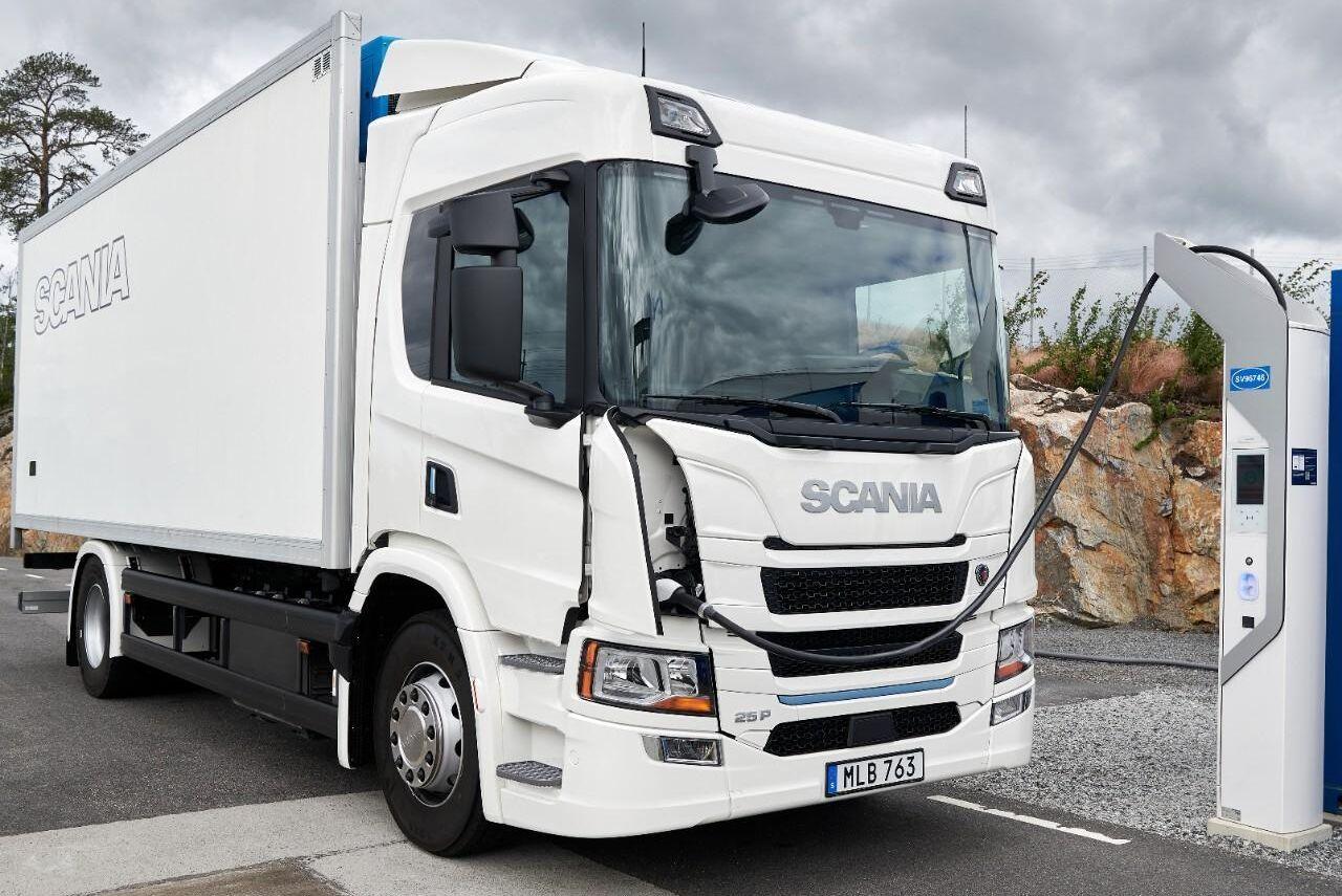 Försäljningen av Scanias nya ellastbilar går lite för bra, enligt vd Henrik Henriksson. 2023 ska den nya batterifabriken vara klar i Södertälje.