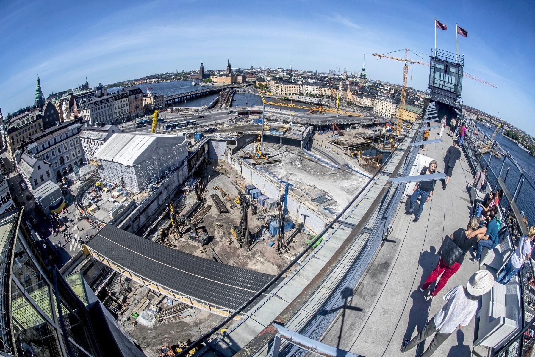 I samband med ombyggnaden av Slussen i Stockholm har Stockholms kommun fått ökade möjligheter att reglera vattenståndet i Mälaren, vilket påverkar hundratals lantbrukare runt sjön som nu kräver ersättning för den blötlagda marken.