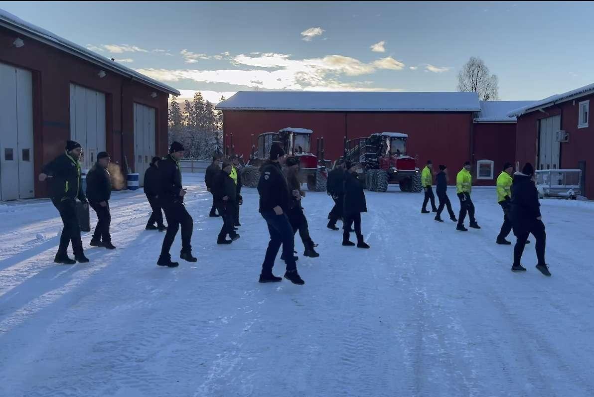 Det var inga problem med att få personalen att ställa upp och dansa framför kameran enligt personalchefen Henrik Florin.