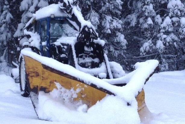 Ombyggda spetsplogar från lastbilar blir allt vanligare på traktorer. Nu visar Knut Brekken upp tre snökungar som klarar vilka snödrivor som helst.