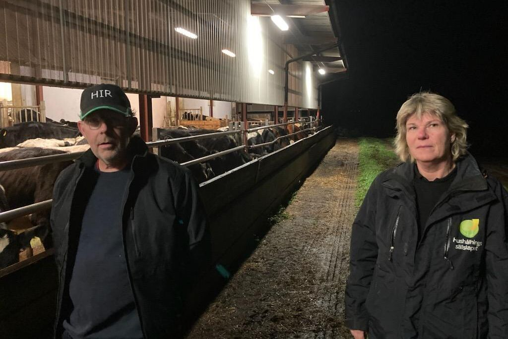 Mjölkproducent Peter Svensson och miljörådgivare Lena Persson tycker att de nya kraven på digital rapportering om farligt avfall innebär onödigt merarbete för lantbrukare som redan är tyngda av mycket rapporteringskrav.