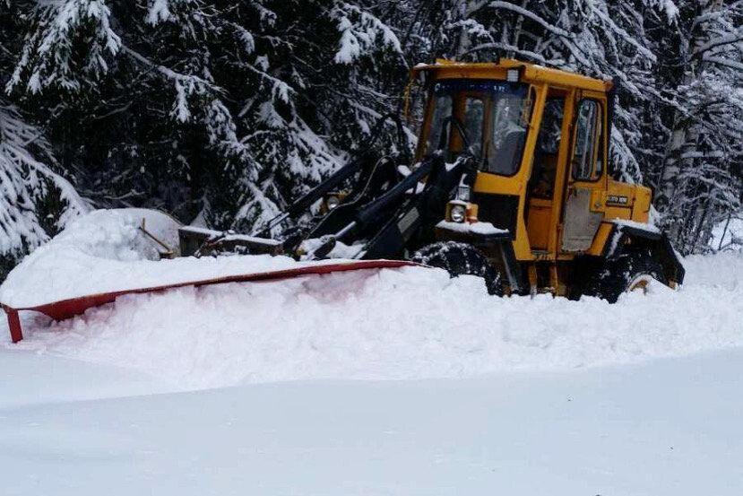 En hjullastare med spetsplog ger inte upp i första taget. Olof Rohdin och den här Volvo-lastaren klarar det här snödjupet helt okej.