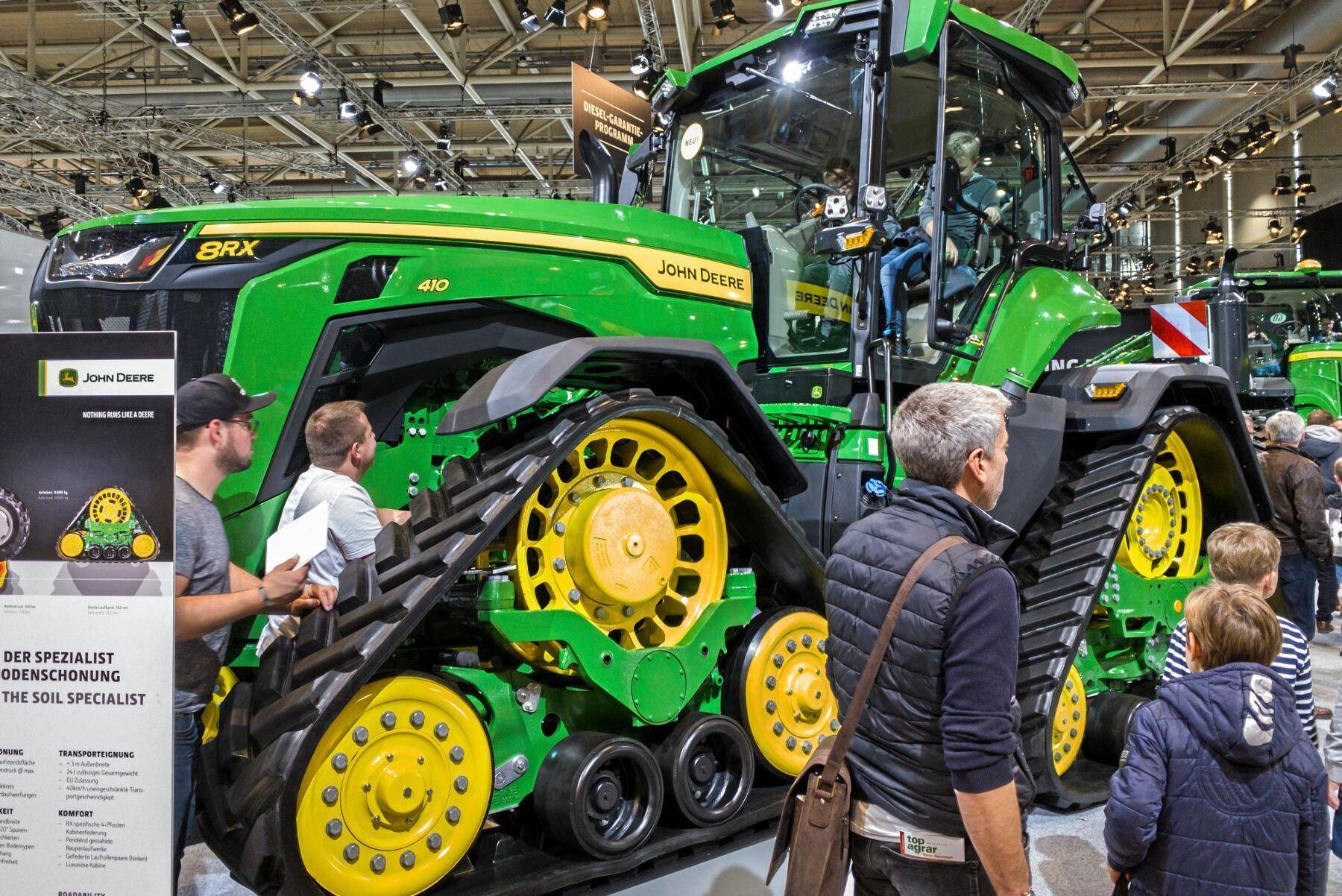 På mässorna är det tydligt att många barn drömmer om stora maskiner. Men vad är egentligen en bra ålder för att börja, kanske inte med en så här stor traktor, utan en mer vanlig lantbrukstraktor?