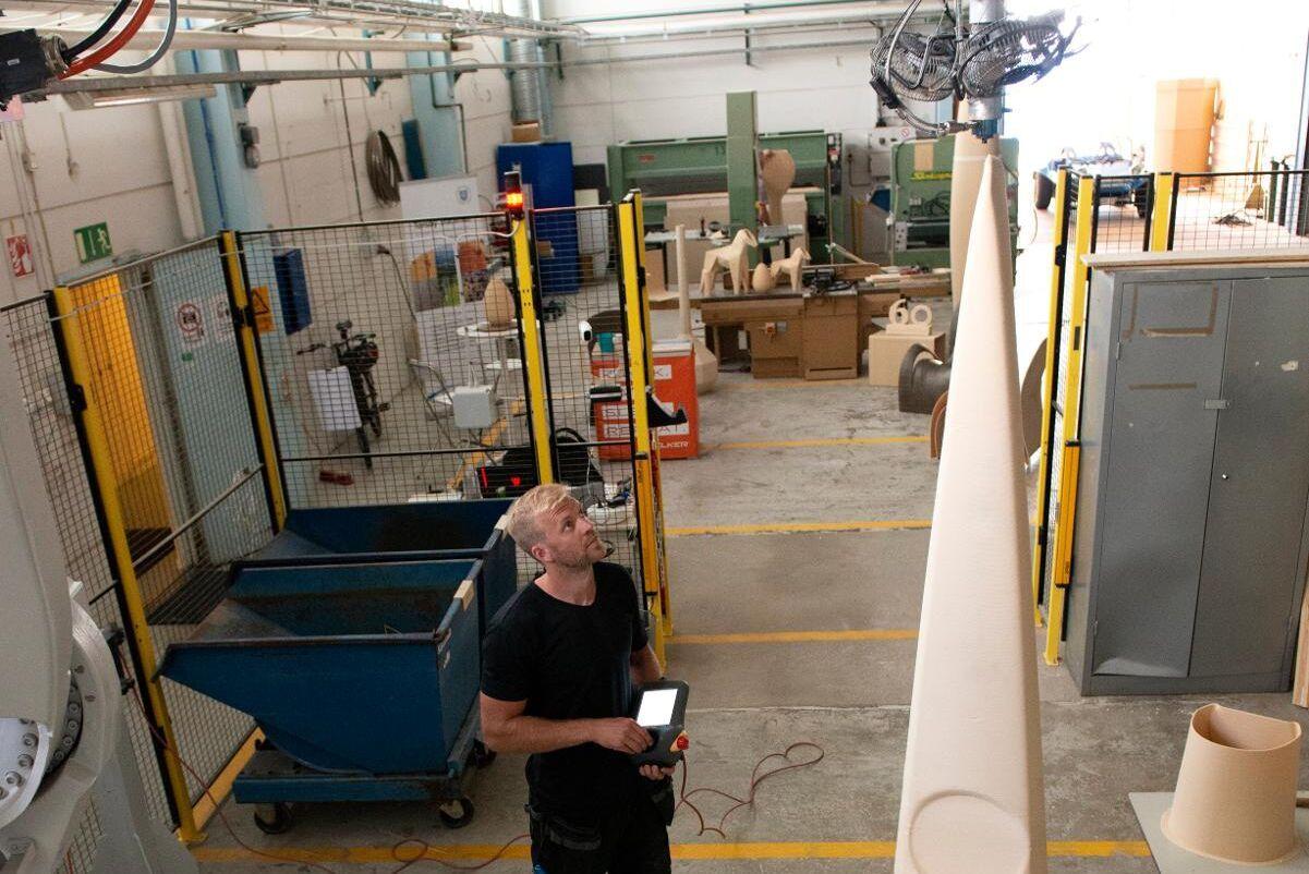 Utvecklingsingenjören Roger Andersson styr 3D-skrivaren från sin manöverpanel.