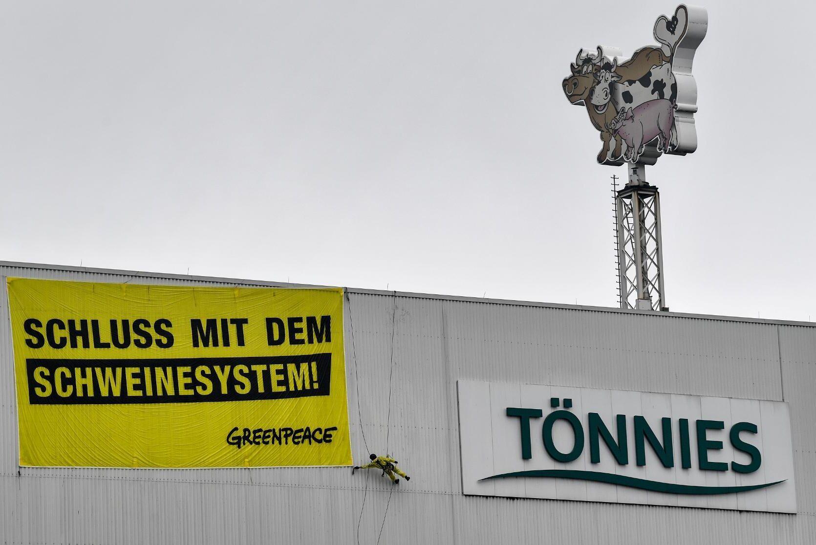 """Miljöaktivister utanför köttjätten Tönnies slakteri i Rheda-Wiedenbrück kräver ett """"slut på svineriet"""". Bilden är från i juli. Arkivbild."""