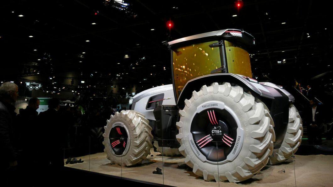 Massey Ferguson visade sin futuristiska koncepttraktor Next med sensorer som ska kunna läsa både mark och gröda.