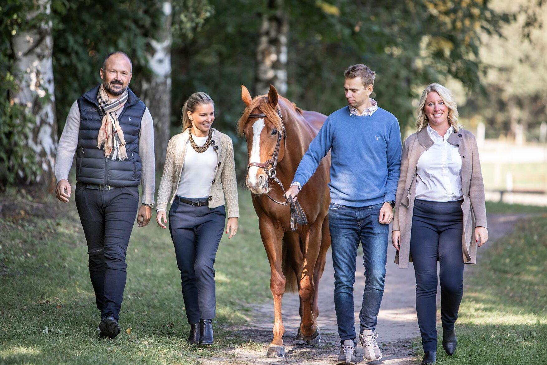 I dag består teamet hos Ridesum av från vänster: Fredric Gunnarson, delägare, Karin Lindell, marknadschef och medgrundare, fälttävlansryttaren Mateusz Dziurla, teknikchef, samt Jenny Stråhle, vd och grundare av Ridesum.