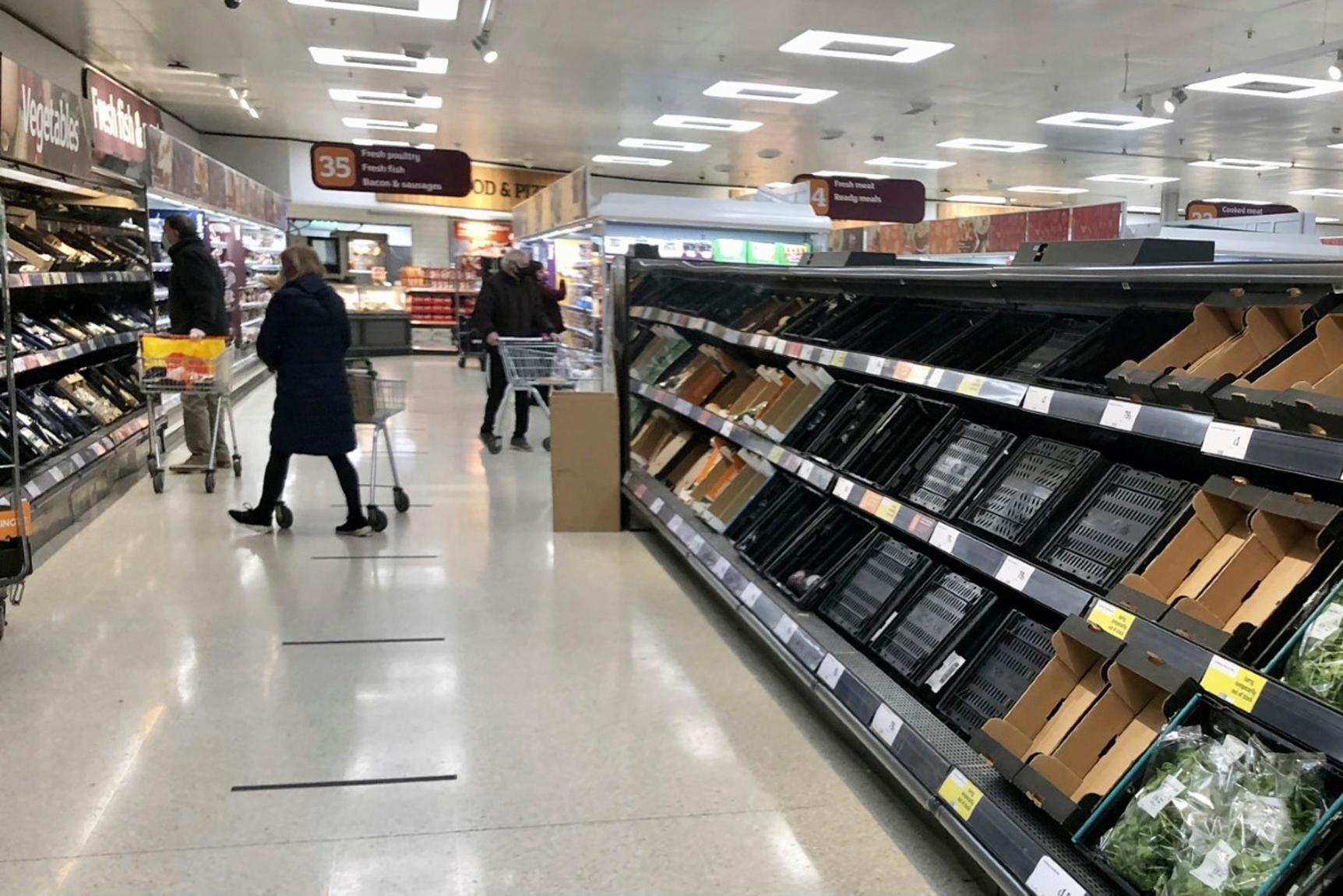 Många hyllor gapar tomma i en livsmedelsbutik i Belfast. Bilden är från den 11 januari.