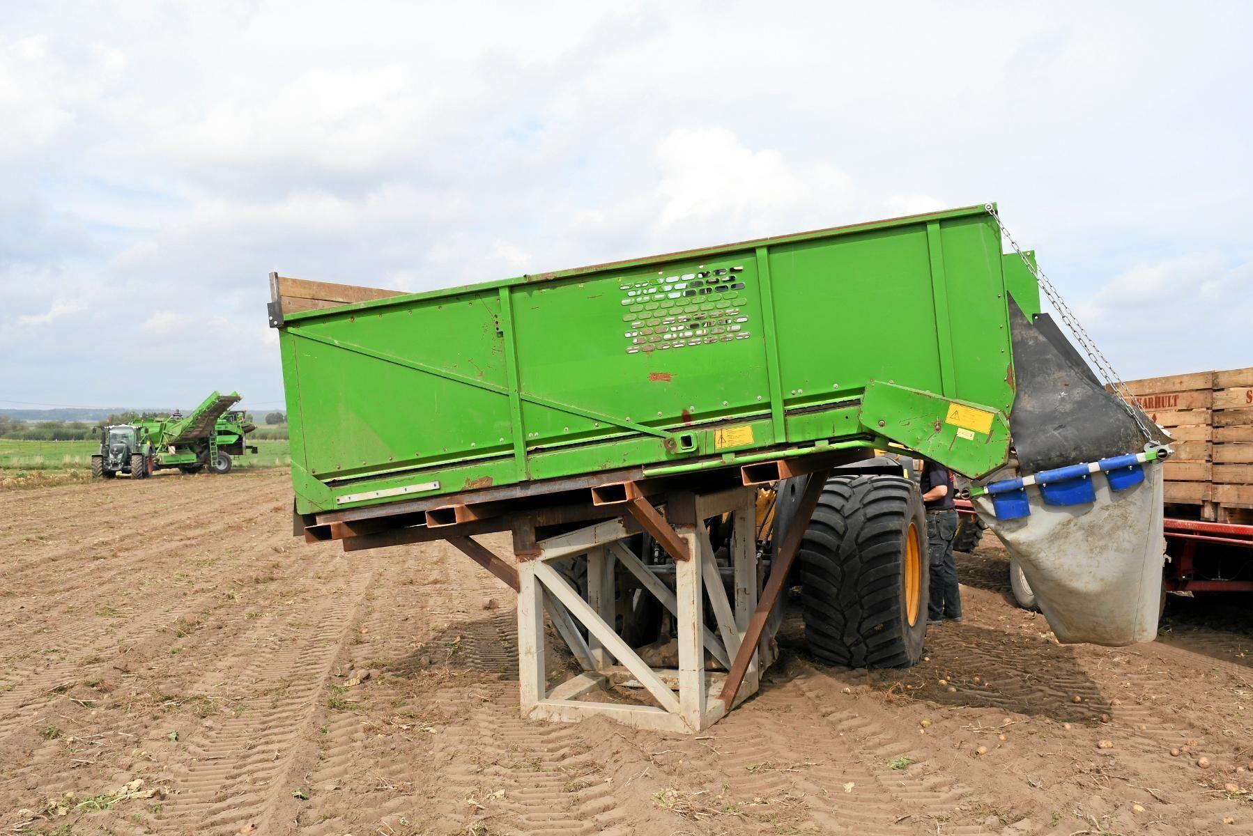 Med en begagnad rulltank monterad på hjullastaren flyttar Knut Åkesson potatisen från upptagaren till potatislådorna.