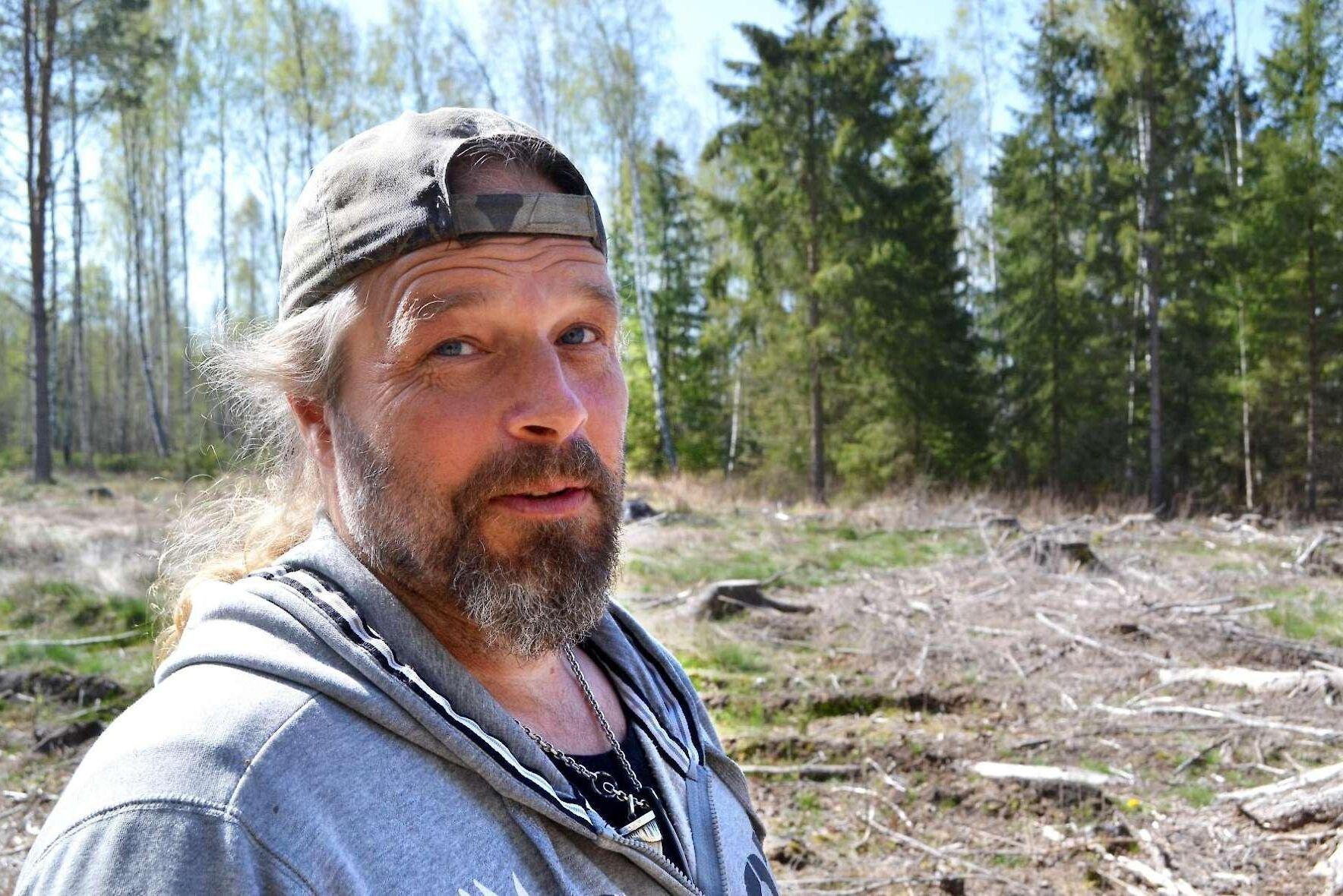 Vid avverkning på grannfastigheten gick Sveaskog över gränsen in på hans mark, anser Marcus Werjefeldt, i Hjo.