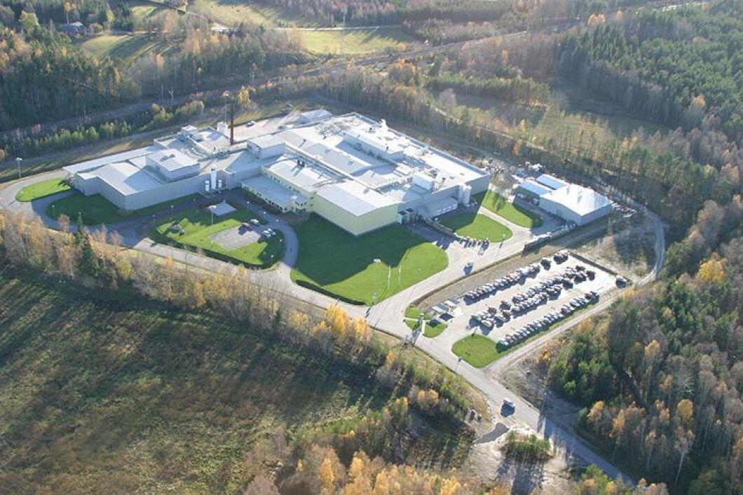 Kronfågels produktionsanläggning i Valla utanför Katrineholm ägs av Scandi Standard. Ingen av Scandi Standards anläggningar är drabbade av fågelinfluensan.