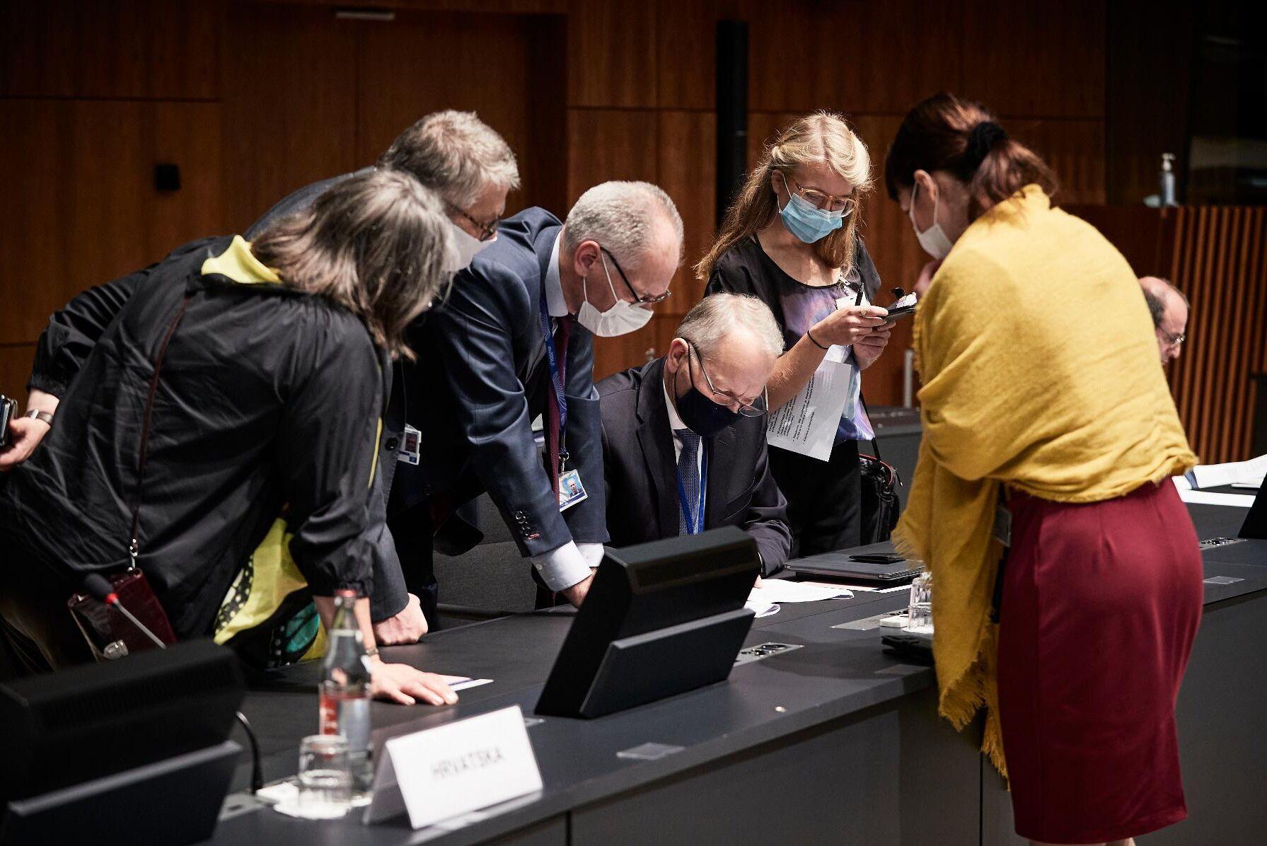 Jordbruksministrarna manglade olika kompromisser långt in på småtimmarna. Här granskar den finska delegationen, med minister Jari Leppä sittande i mitten, nya förslag.