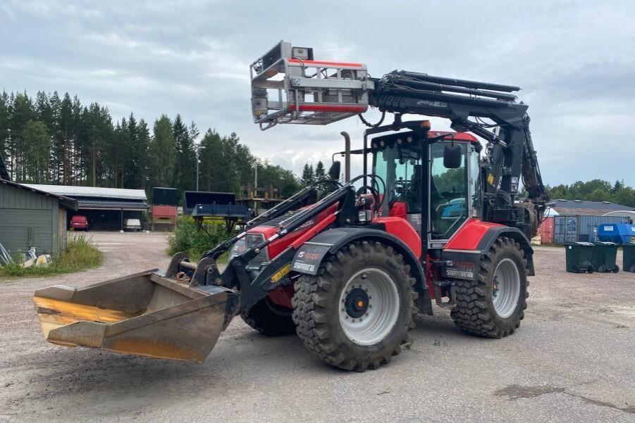 Huddig traktorgrävare.