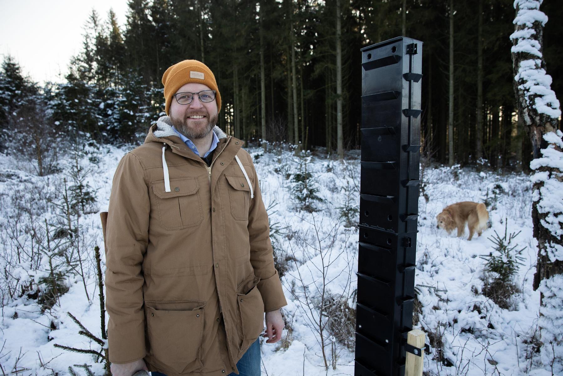 Olof Svensson säljer en ny typ av fälla mot granbarkborrar, som han kallar skorstensfällan.