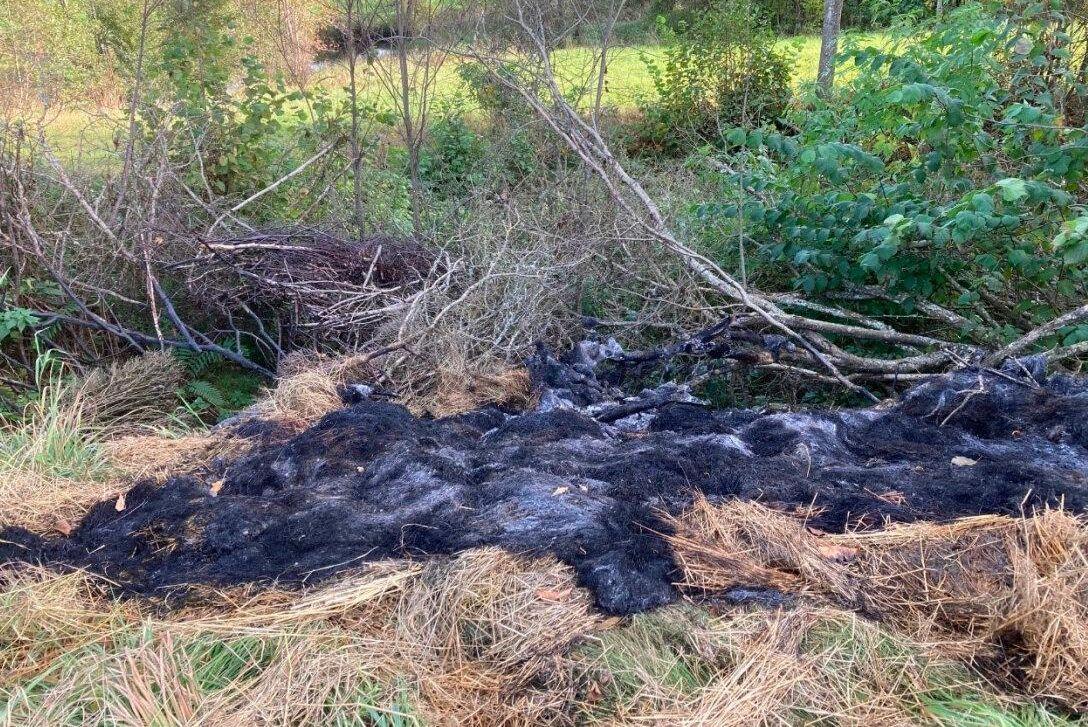 Diverse avfall har eldats upp i en grop ute på en åker. Det handlade bland annat om brandfarlig vätska, metallskrot och takpannor.