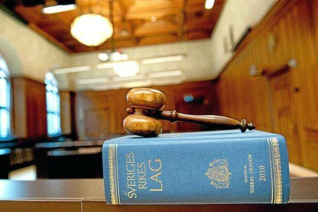 Den jaktbrottsmisstänkte industriledaren anmäler åklagaren i fallet för att ha begärt och använt olaga avlyssning.