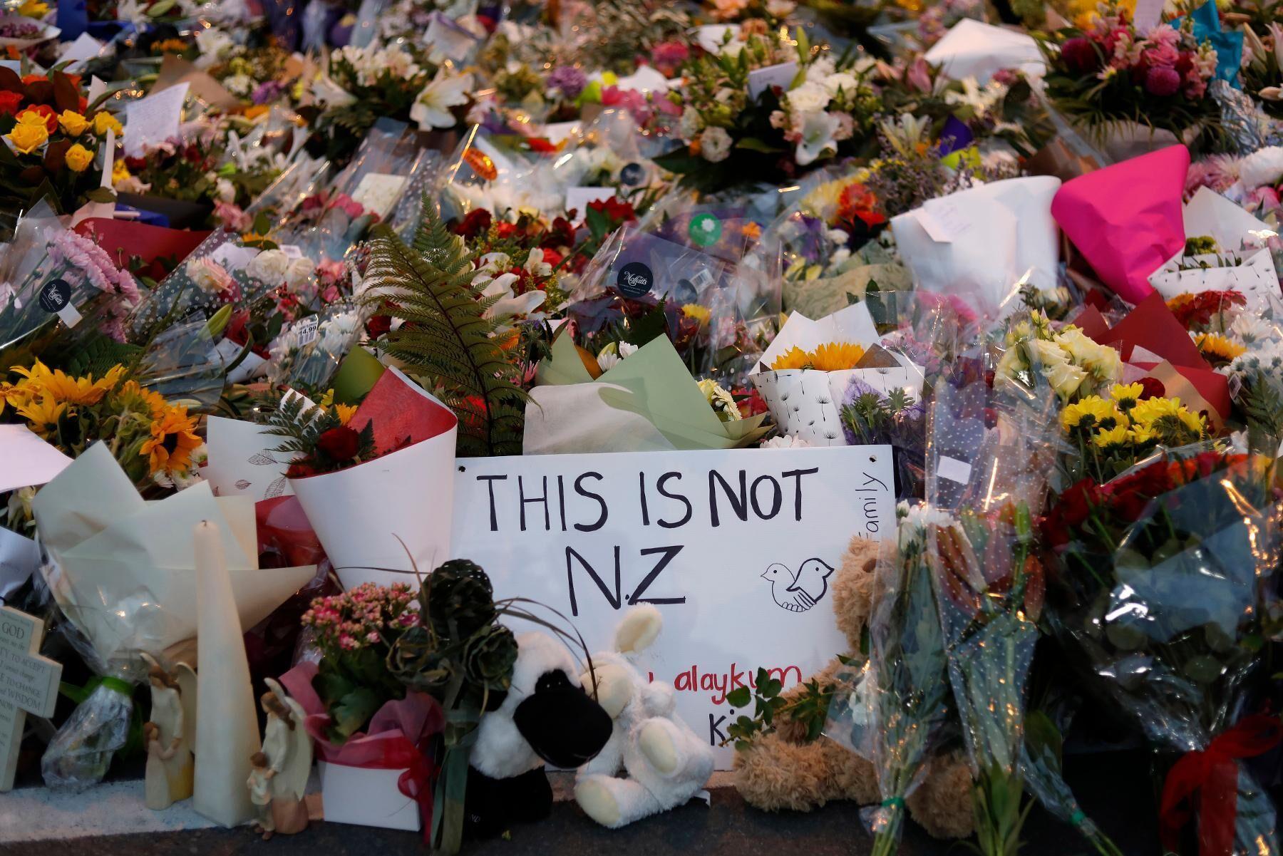 Blommor vid en minnesplats för terrordådet i Christchurch i Nya Zeeland 2019, då 51 människor mördades av en terrorist som kallade sig själv för ekofascist. Arkivbild.
