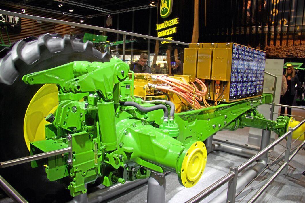 På Sima visade John Deere sin eldrivna traktor i form av en genomskärning. Batteripaketet väger ett ton, men kapaciteten motsvarar bara upp till fyra timmars hårt arbete i fält så än är det långt kvar innan konceptet når produktionsstadiet.