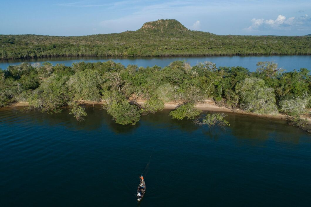 Regnskogen ses som jordens lungor. På bilden syns fiskare (längst ner) på floden Tapajós i den brasilianska delstaten Pará i augusti.