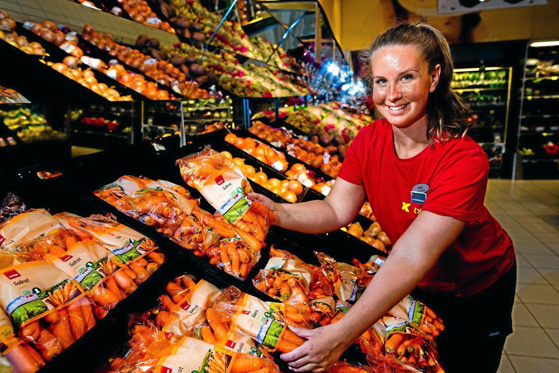 Butikschef Anna Rød på Coop Extra Halden vill även i fortsättningen sälja norska grönsaker - trots att de inte kommer upp i normal storlek.