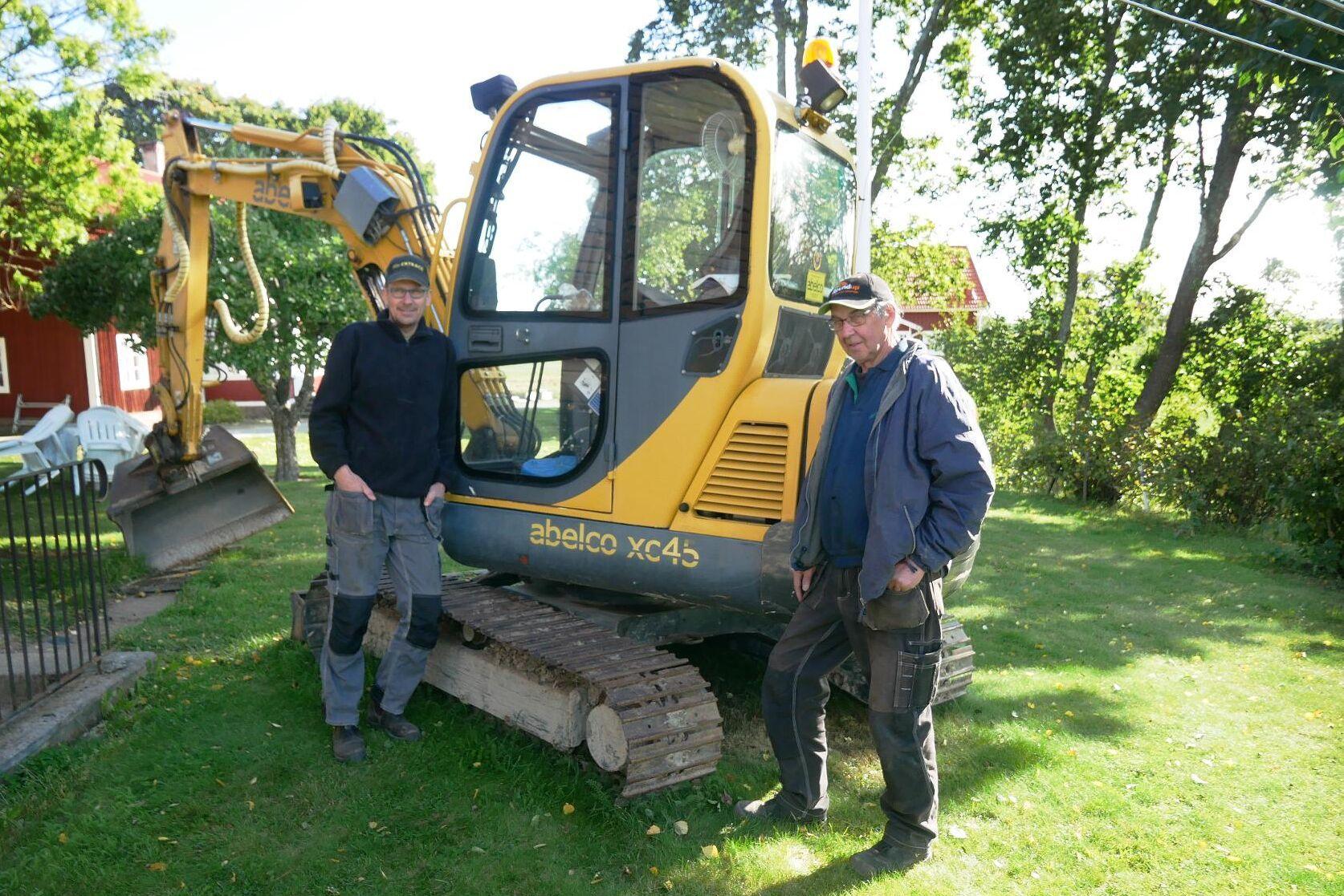 Stefan Sjödin och Alf Östling har väntat sedan i början på juli på att Postnord ska komma med en ny huvudströmbrytare till grävmaskinen.
