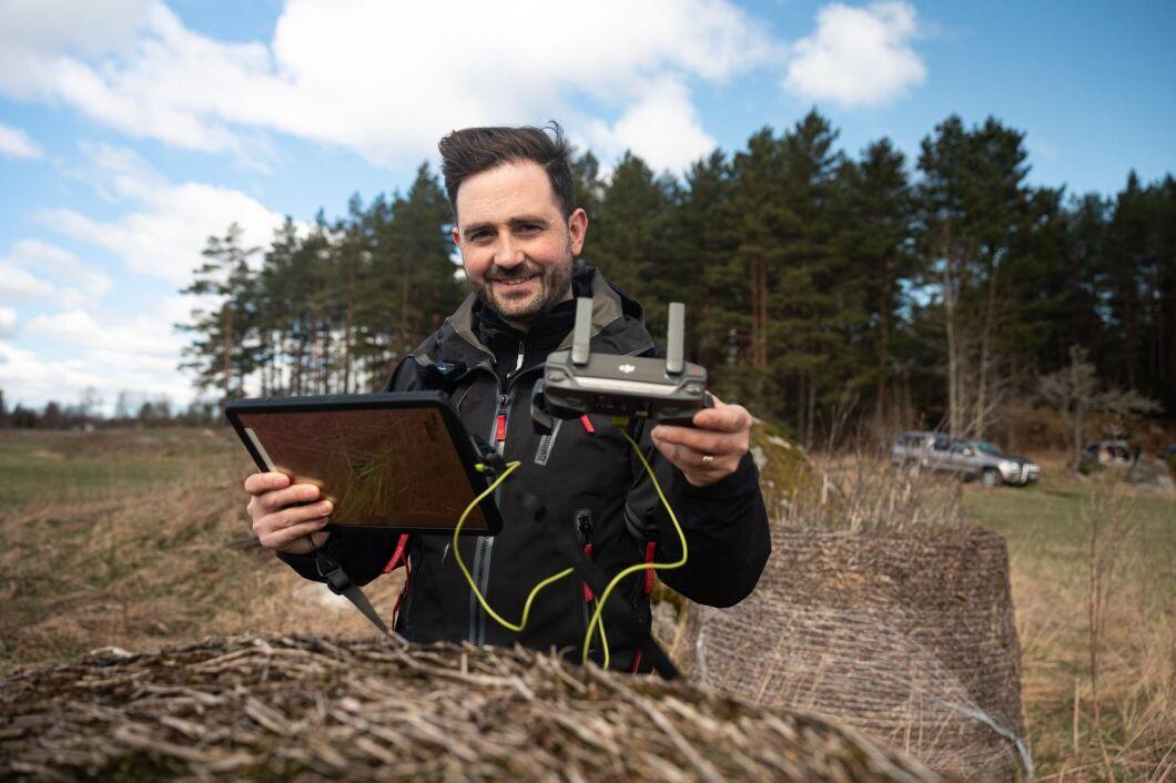 Med vanliga drönarbilder kan Markus Drugge på Arboair upptäcka granbarkborreangrepp som är svåra att se för ögat på marken.