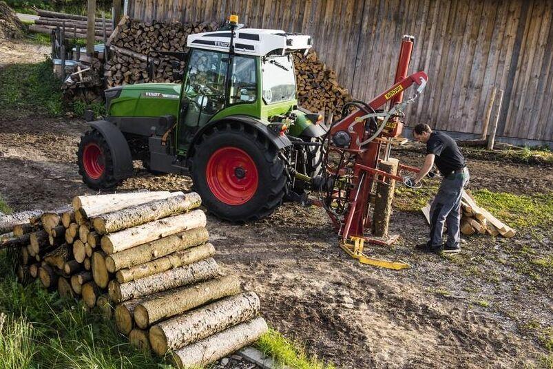 Traktorn har ett mekaniskt och två elektriska kraftuttag.