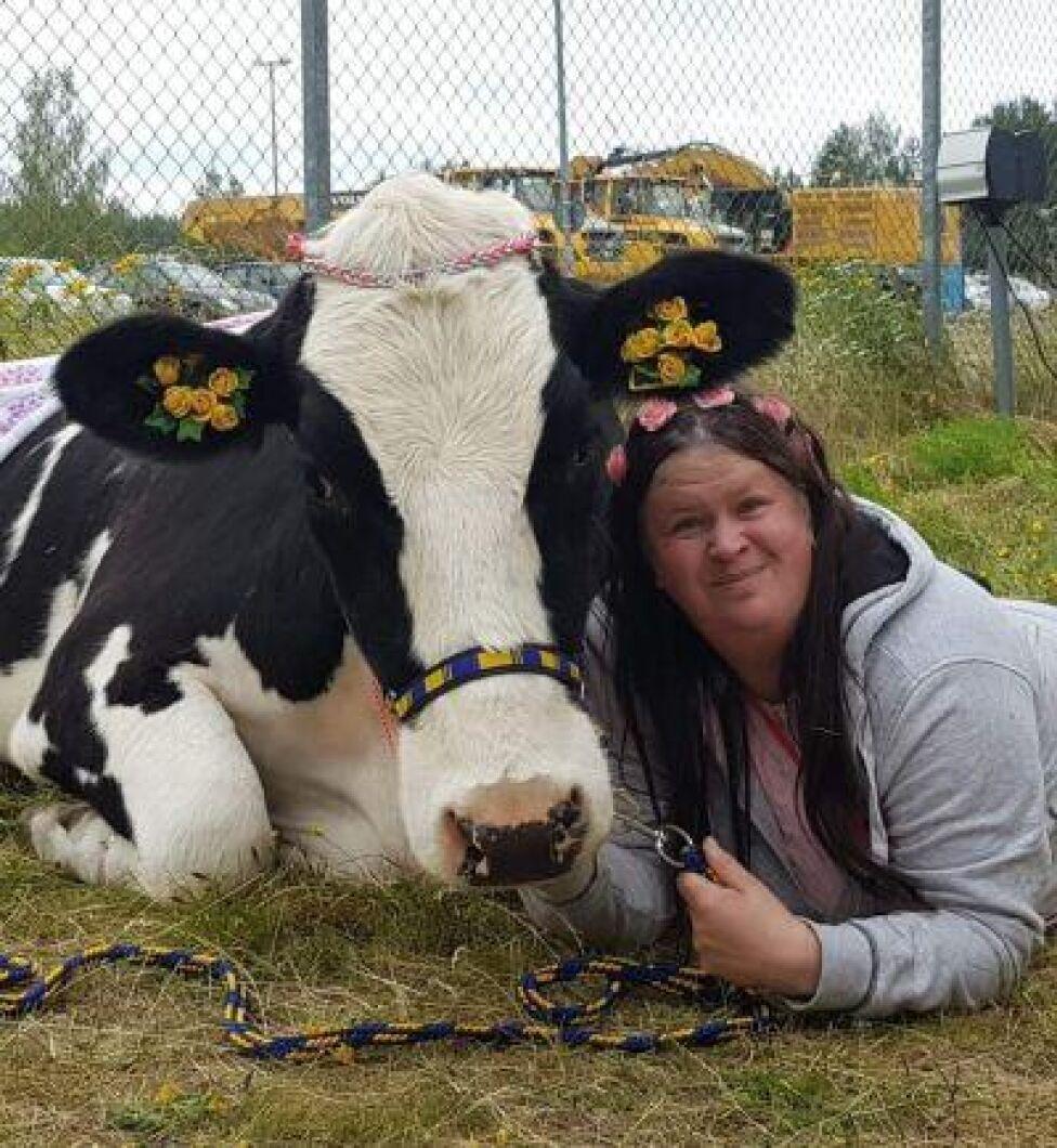 Marika Andersson tillsammans med Hilda, som har lärt sig att göra konster och att visa upp sig på olika evenemang.