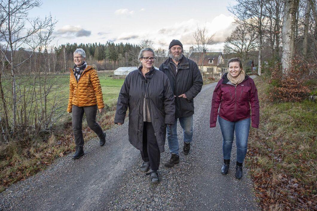 Källdalens trädgårdar tackade ja till förslaget att samarbeta med Matglädje i Halland som arrangerar matvandringar. Gunnel Karlsson, längst till vänster, och Susanne Thorsson, längst till höger, driver Matglädje i Halland och Susanne Lundberg och John Söderberg i mitten driver Källdalens Trädgårdar.