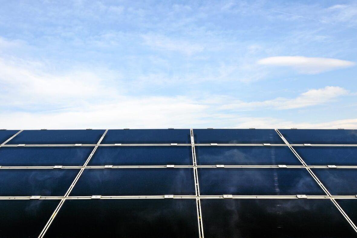 Solen ger el på dagen, när vi behöver den – men bara på den ljusare delen av året.