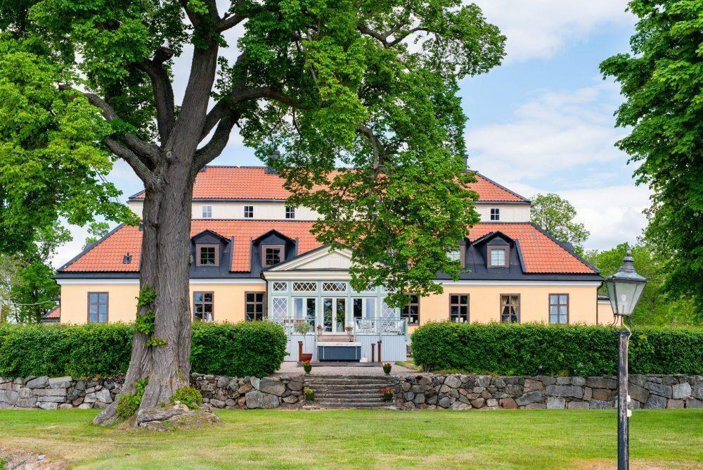 """Egendomen har anor sedan 1200-talet, då namnet """"Gymbristada"""" nämns i urkunderna, med Filip Elofsson (brorson till Birger Jarl) som ägare."""