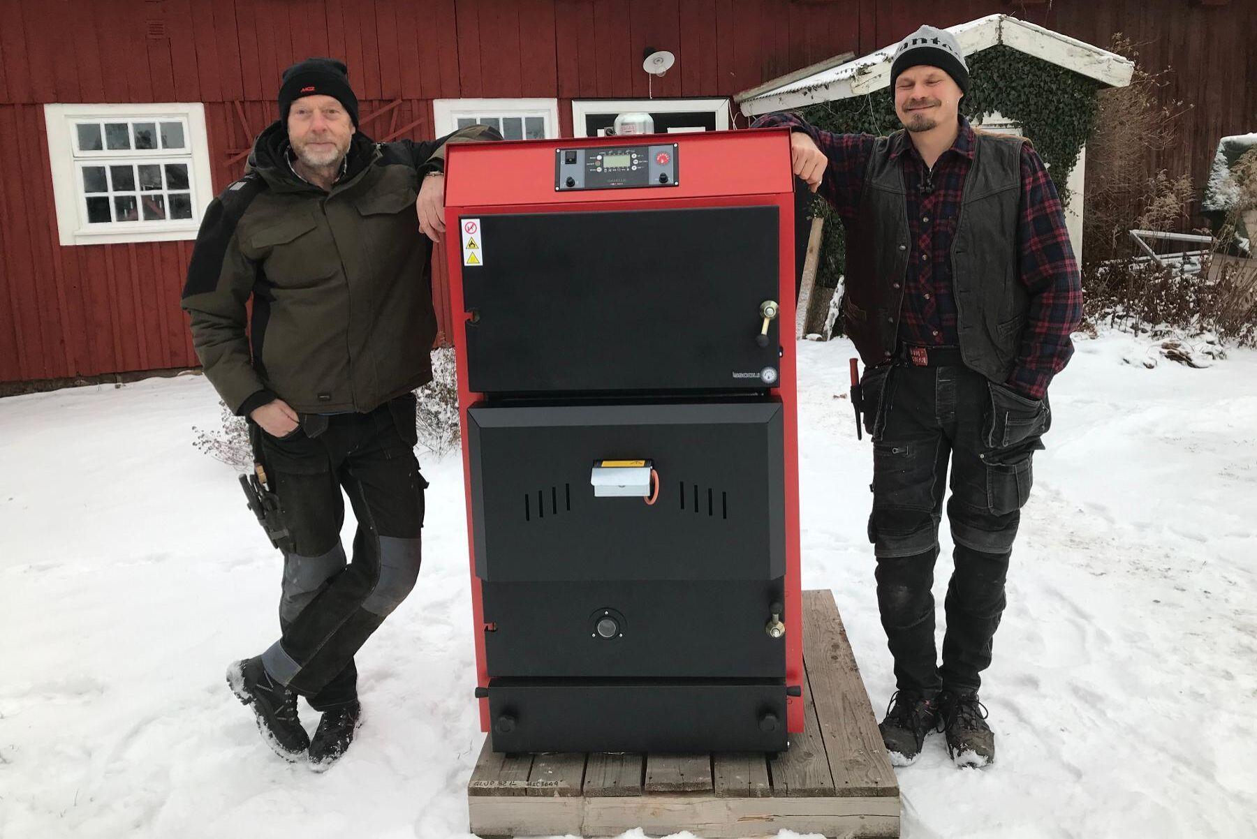 Lars Åbom på Agronola Energi i Västergötland, här tillsammans med kollegan Andreas Selmosson, kom med tipset att installera två eller flera pannor, som jobbar i samverkan, för att komma under effektgränsen.