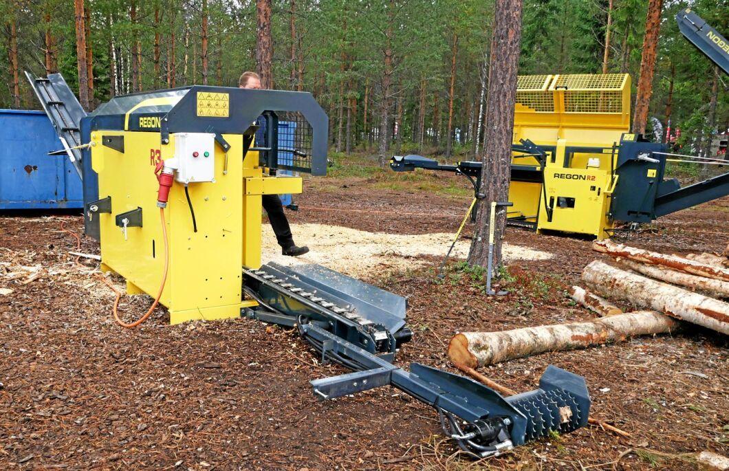 Vedmaskinen Regon R3 har ett matarbord som kan sänkas ned till marknivå.