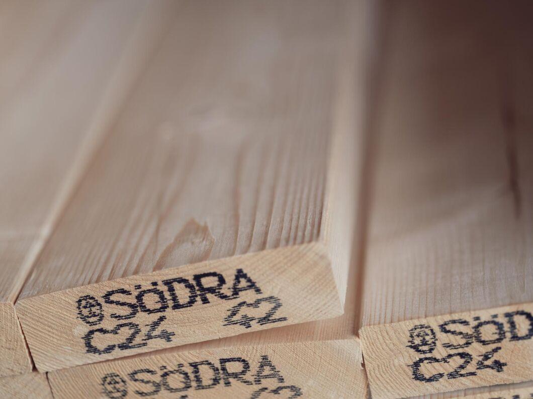 Södra bedömer att takten på sågverken ska hålla i sig under våren och höjer nu priserna.