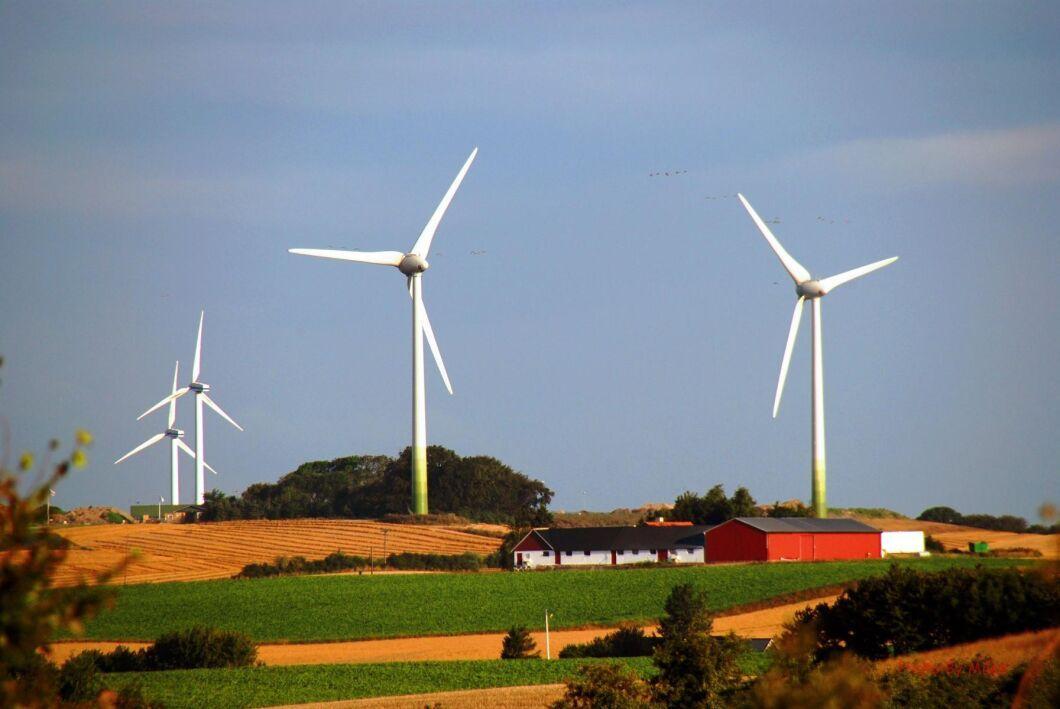 Stillastående vindkraftverk under en långvarig högtrycksperiod är en av anledningarna till att elpriset blir högre i år jämfört med förra sommaren.