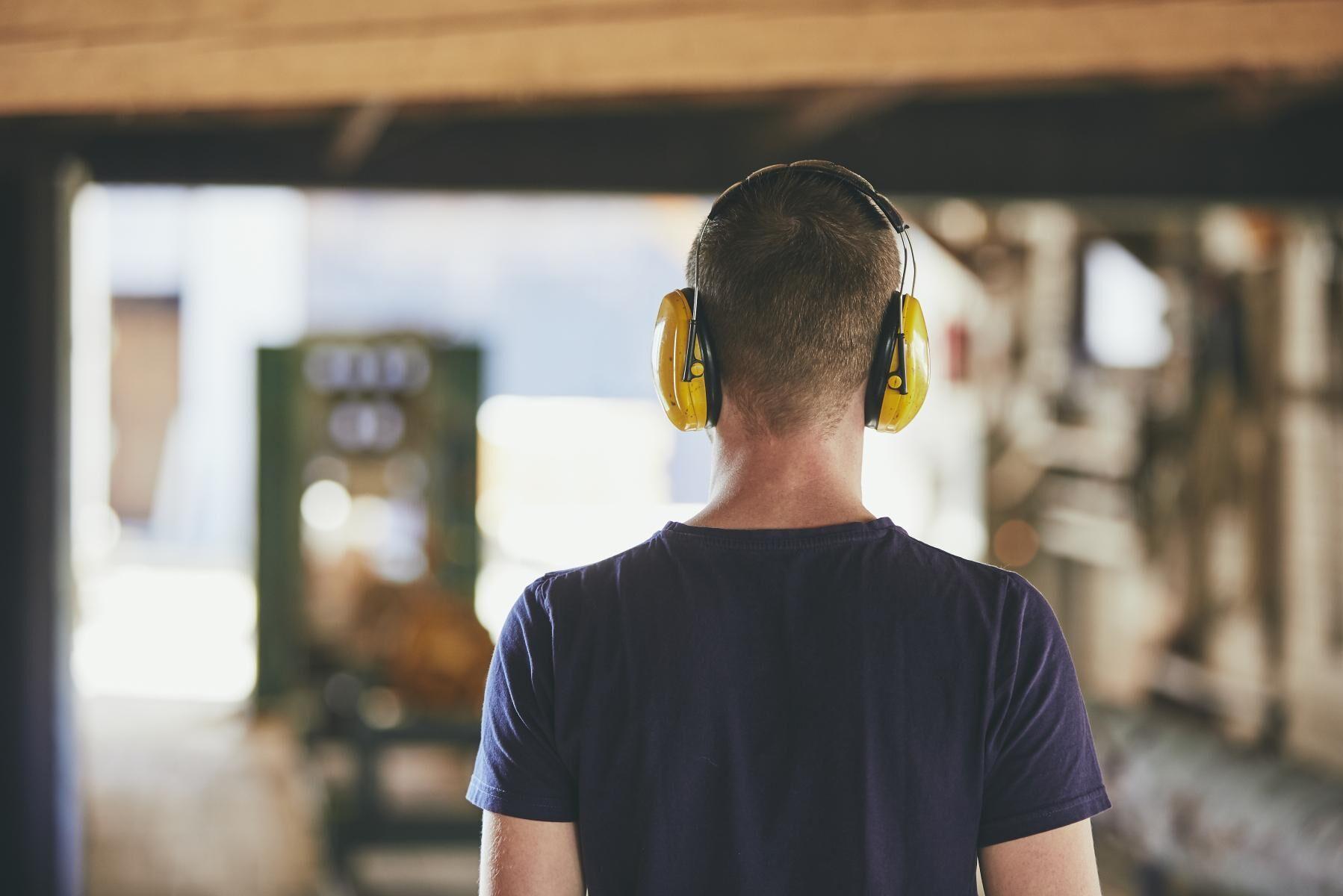 Många företag föredrar att anställa en utbildad sågverksoperatör som kan hela processen på ett sågverk, framför att anställa en person att lära upp på ett specifikt moment i kedjan.