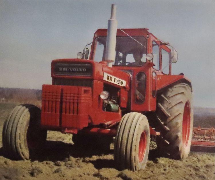 Volvo BM 810 hänger kvar länge på gården och uppskattas främst som transporttraktor.