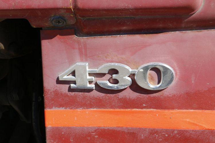 En Volvo BM 430 går länge för fullfodervagnen i kostallet.