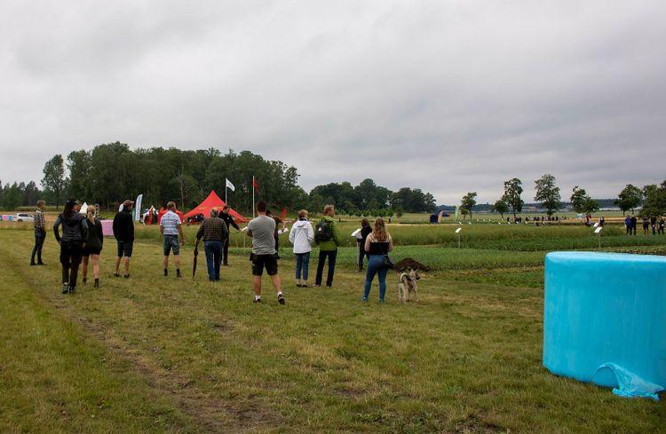 Brunnby Lantbrukardagar 7 juli 2021. Besökare får guidade visningar av olika demoodlingar i mindre grupper.
