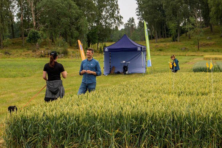 Agronom Carl-Magnus Olsson i samtal vid nollruta på Brunnby Lantbrukardagar 2021.