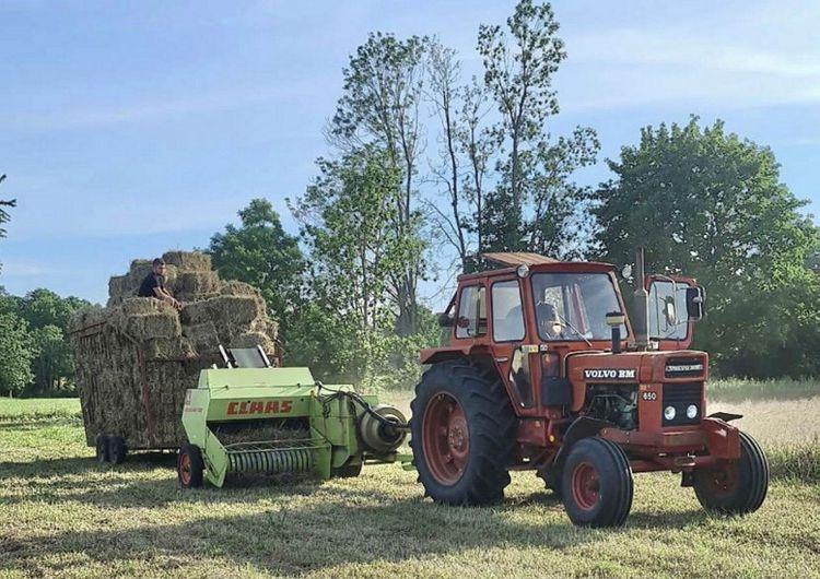 Snart är balvagnen full! Här jobbar Volvo BM 650 med Claas-press och det är Wiliam som fotat.